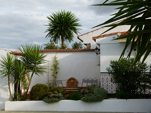 image of courtyard outside poolside annexe rooms